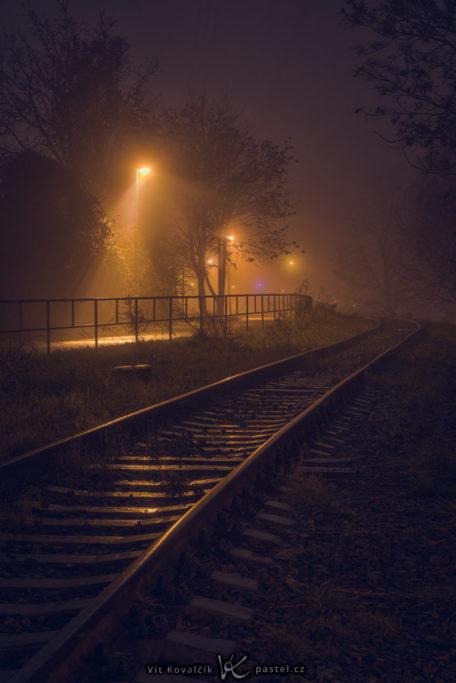 Wie man bei Nebel fotografiert: Verlassene Gleisen im Nachtnebel.