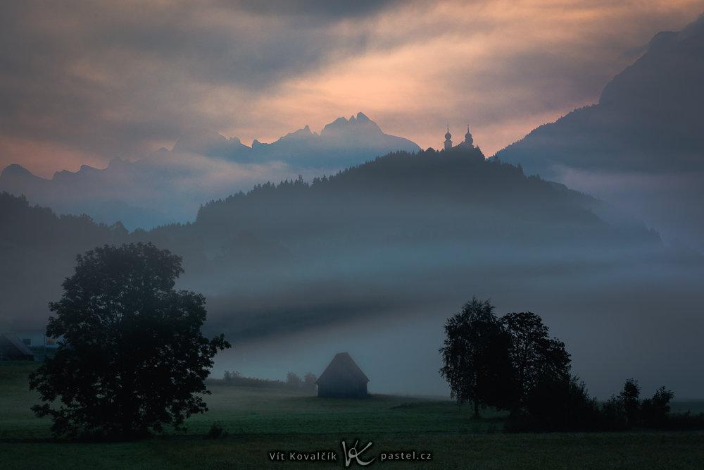 Wie man bei Nebel fotografiert: Eine Kirche auf dem Hügel.