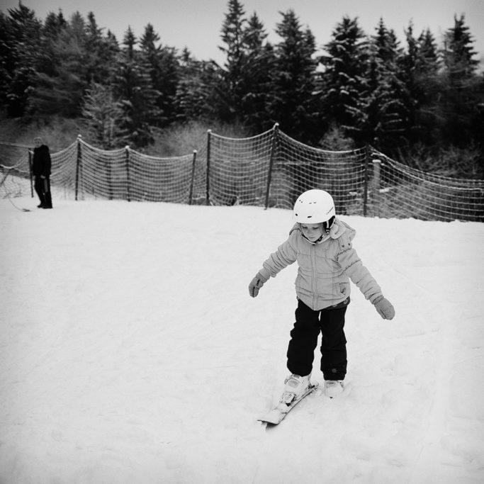 Das erste Bekanntmachen mit den Skiern ist ein gutes Thema für Aufnahmen.
