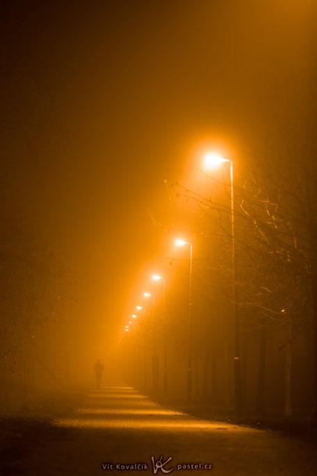 Wie man bei Nebel fotografiert: Eine einzelne Person im Nebel.