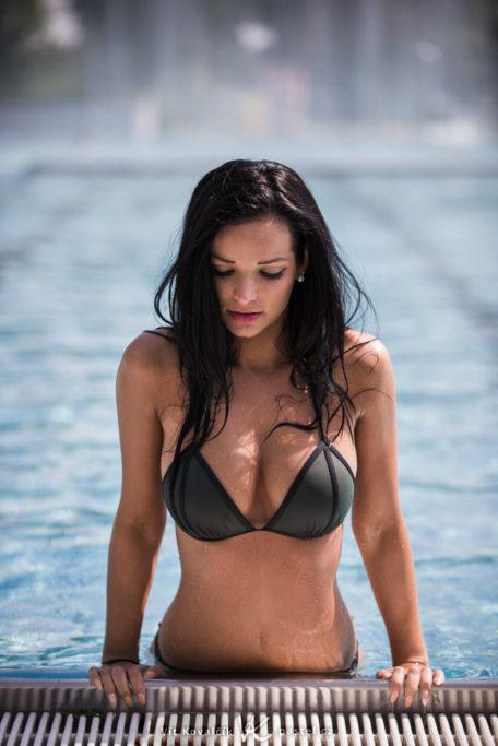 Wie man Porträts bei Gegenlicht macht: Die Reflexion vom hellen Boden des Schwimmbeckens hellt auch das Gesicht des Models auf.