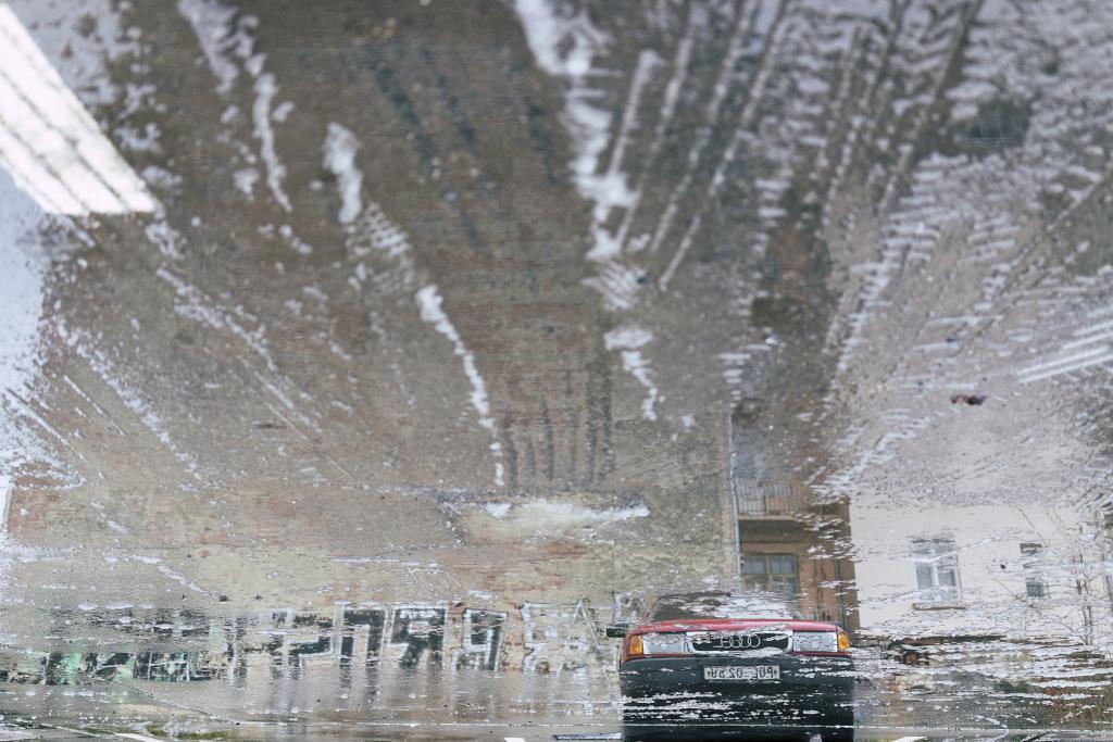 Ein Spiegelbild einer großen Wasserlache.