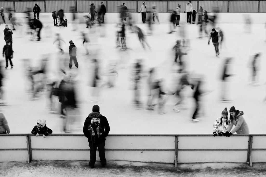 Falls Sie nicht möchten, damit die Eisbahn zu abstrakt aussieht, dann sollten Sie eine Verschlusszeit wählen, damit einige Personen auf dem Bild scharf abgelichtet werden.