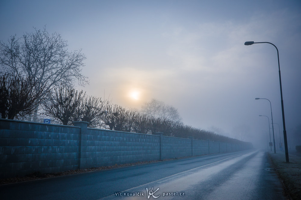 Wie man bei Nebel fotografiert: Leere Straßen am Rande der Stadt.