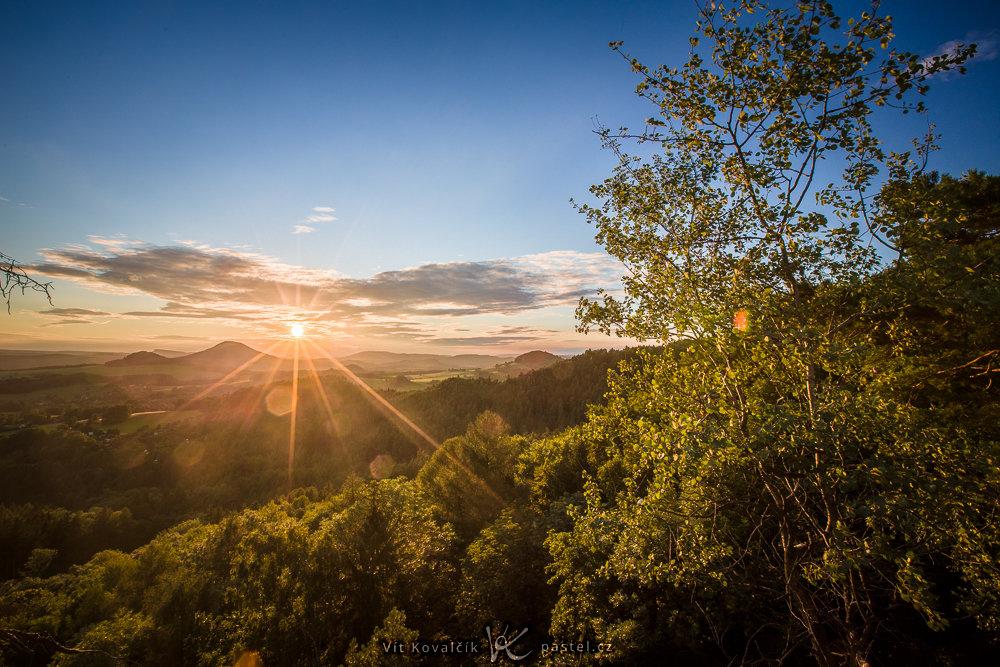 Aufnahmen bei Gegenlicht: Der Staub auf dem Objektiv hat helle Flecken um die Sonne herum gebildet.