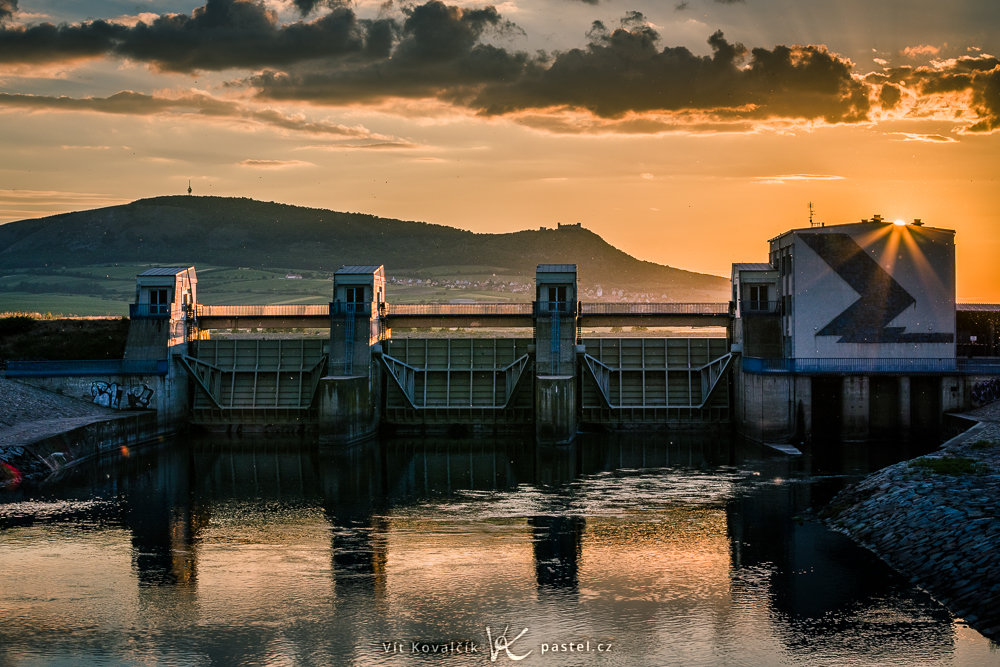 Aufnahmen bei Gegenlicht: Halbsichtbare Sonne hinter dem Wasserdamm Nové Mlýny.