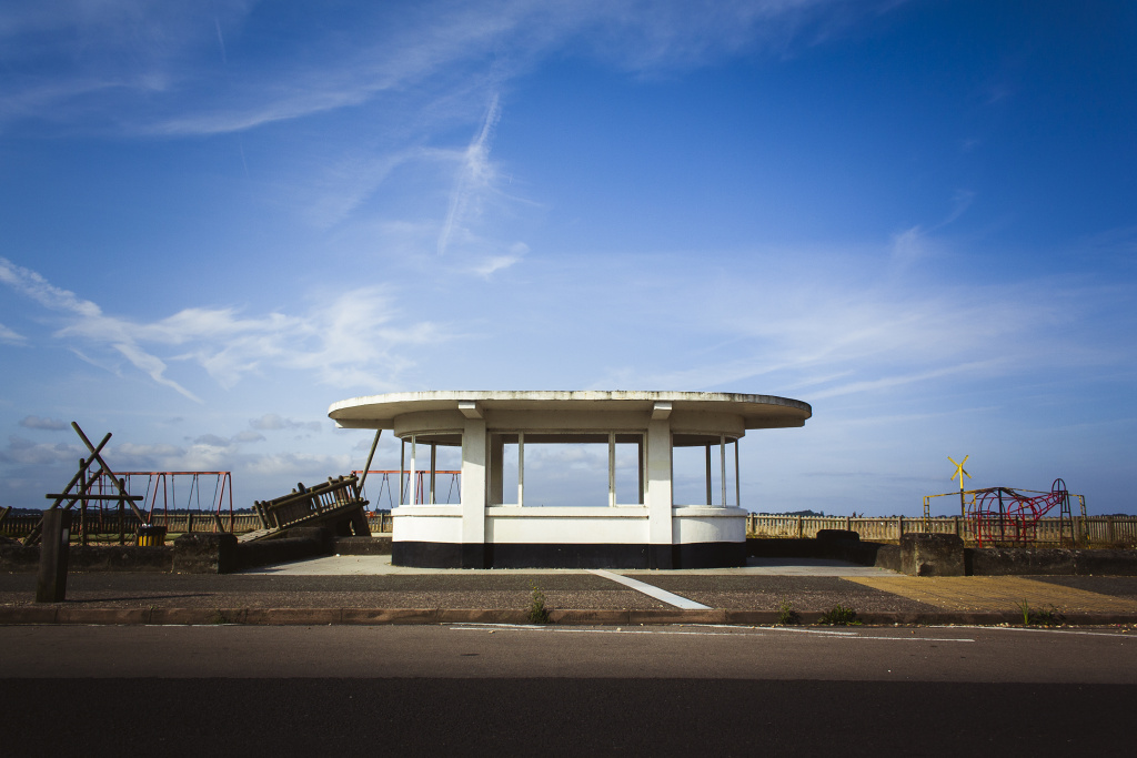 12 Klischees: Beispielsweise von einem menschenleeren Strand mit einem verlassenen Kinderspielplatz.