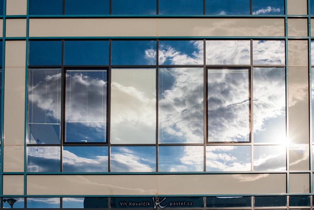 Aufnahmen bei Gegenlicht: Die Spiegelungen der Sonne auf den Fenstern sind in Städten fast überall zu sehen.