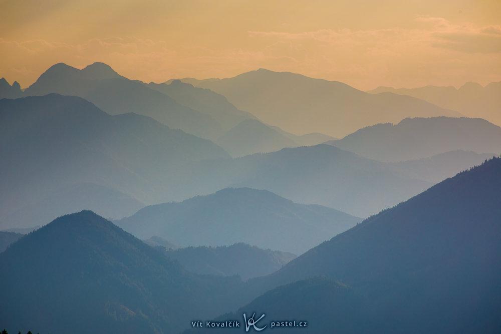 Landschaftsaufnahmen mit dem Teleobjektiv: detailaufnahme der Berge am Horizont.