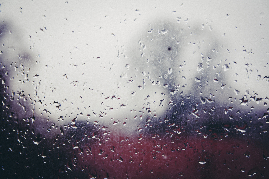 Aufnahmen hinter einem Fenster bei Regen.