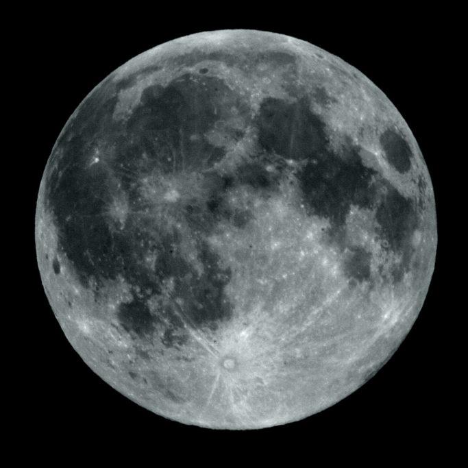 Wie man den Mond fotografiert: der Mond fotografiert mit dem Teleobjektiv.