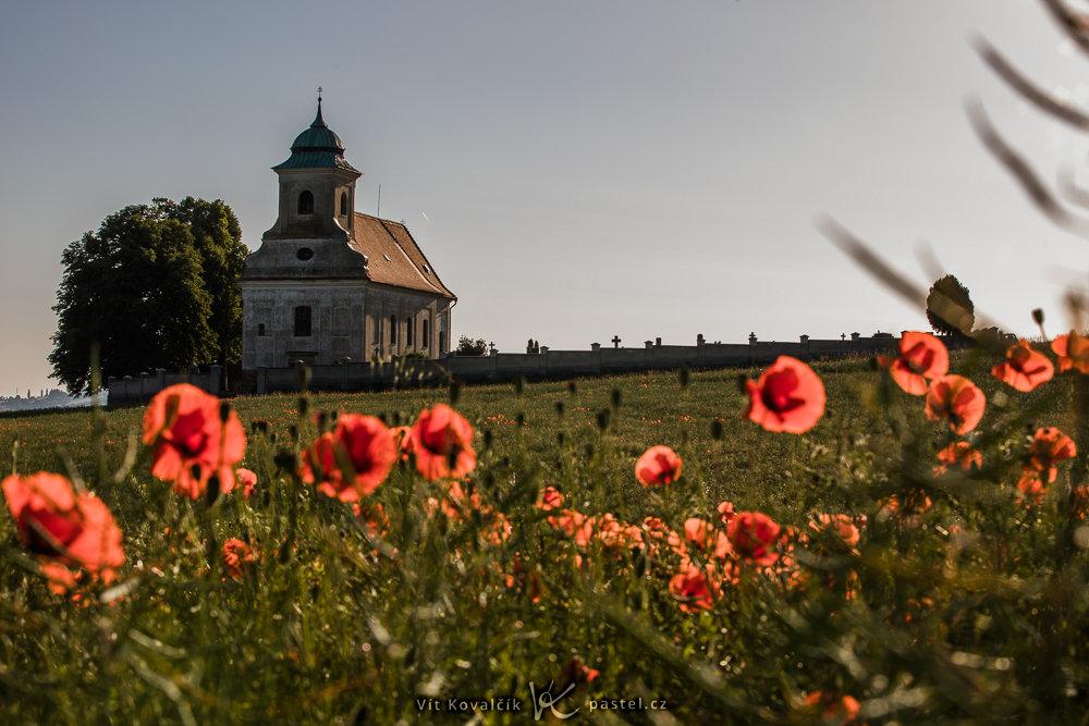 Wie verbessert man die Bildkomposition: Die Mohnblumen sind zwar immer noch ausdrucksstark, aber die Fokussierung lag auf der Kirche.