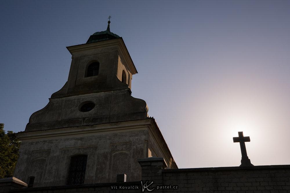 Wie verbessert man die Bildkomposition: Detailaufnahme bei der sich die Sonne hinter dem Kreuz versteckt.