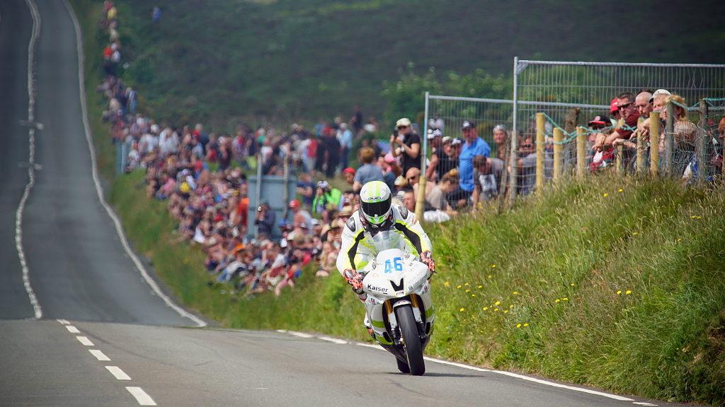 Motorradrennen fotografieren: Beim direkten Blick auf das Motorrad lohnen sich lange Brennweiten.