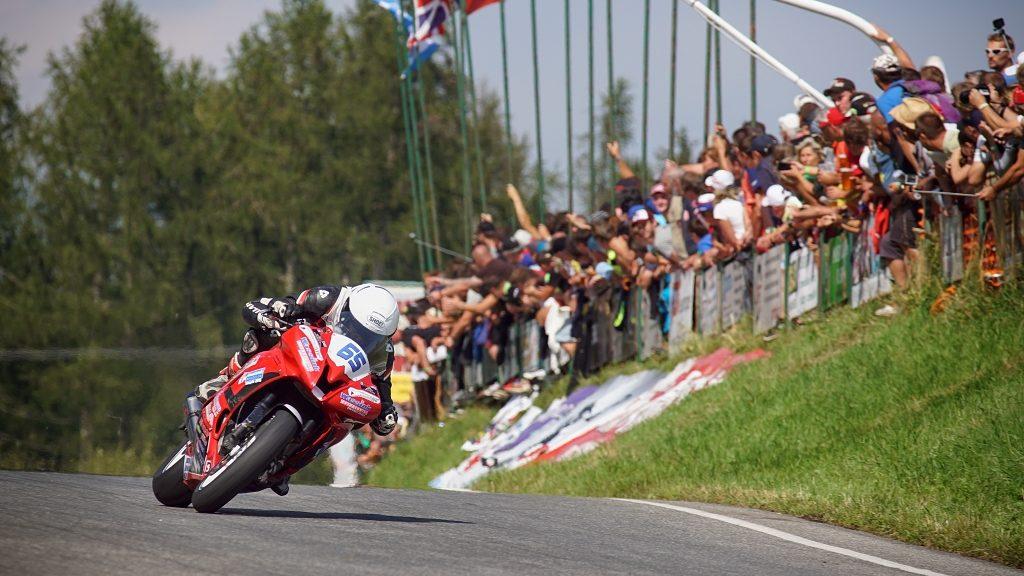 Motorradrennen fotografieren: Fans im Hintergrund als Kompositionsmittel verleihen Rennfotos immer das gewisse Etwas.