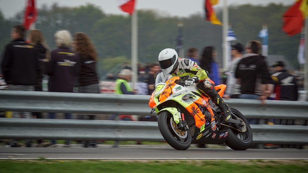 Motorradrennen fotografieren: Aufnahme von der Zuschauerzone.