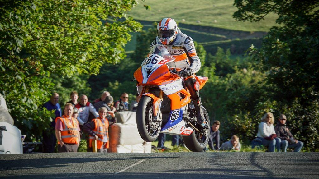 Motorradrennen fotografieren: Der Sprung über die Ballaugh Bridge.