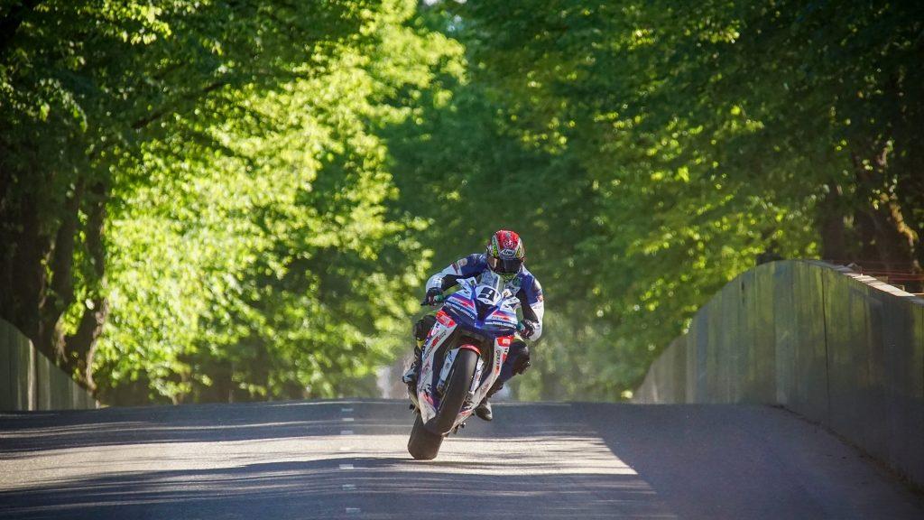 Motorradrennen fotografieren: Bei dieser Aufnahme waren sogar 300 mm und bei Umrechnung 450 mm wenig.