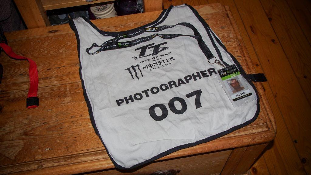 Motorradrennen fotografieren: Eine Weste mit der Nummer 007.