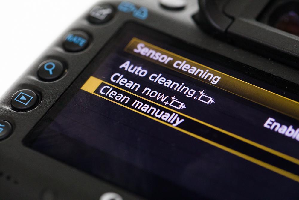 Reinigung von Objektiven und Sensoren: Im Menü erlaubt die Funktion das Reinigen des Sensors.