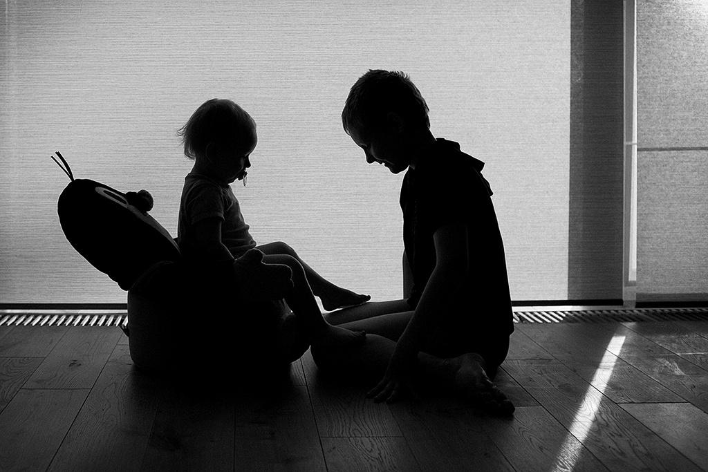 Kinder bei Gegenlicht fotografieren - das Geschwister