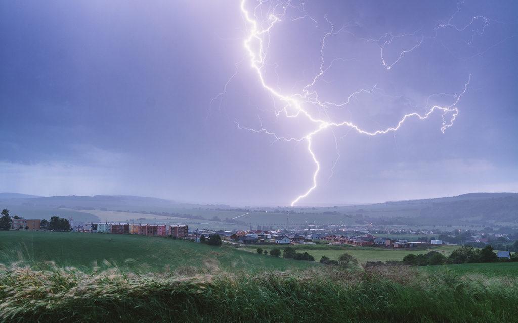 Wie man Blitze fotografiert: Blitz und der Stadt.