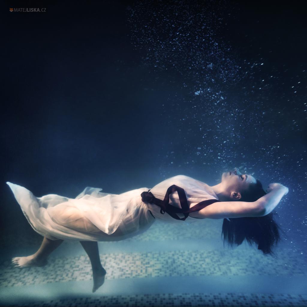 Wie fotografiert man unter Wasser - Schlafendes Mädchen unter Wasser