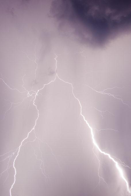Wi man Blitze fotografiert: Blitz in die Wolken.