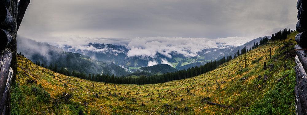 Landschaften während des Tages und bei Regen fotografieren: Panoramafoto von einem Hochsitz, bei der der Regen für einen kurzen Moment nachgelassen hat.