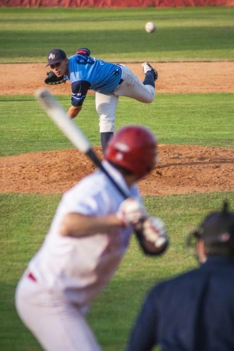 Grundlegende Tipps, wie man Sportevents fotografiert: In dieser Aufnahme habe ich den Schlagmann beim Baseballspiel in die Komposition genommen.