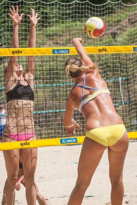 Grundlegende Tipps, wie man Sportevents fotografiert: Das sonnige Wetter hat es mir ermöglicht, den Kampf am Netz zu erfassen.