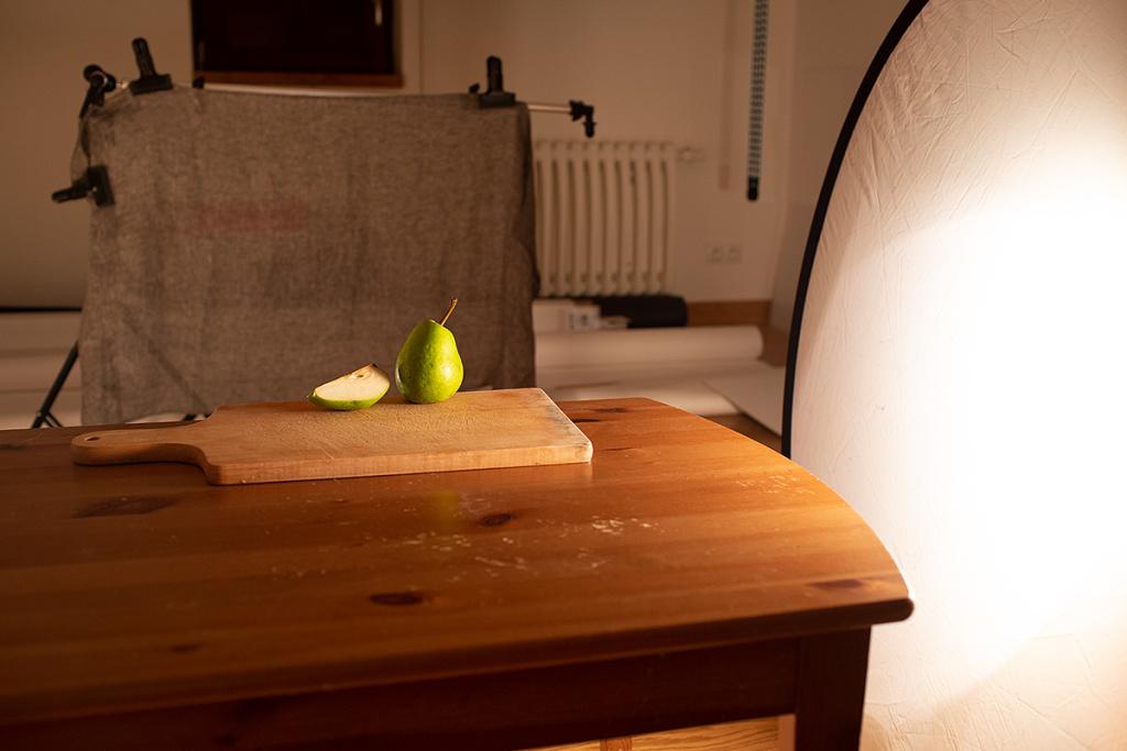 Stillleben fotografieren: Hintergrundkulisse der Stillleben-Aufnahme mit Birnen.