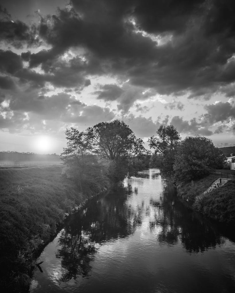 Schwarz-Weiß-Landschaftsaufnahmen - Fluss BW
