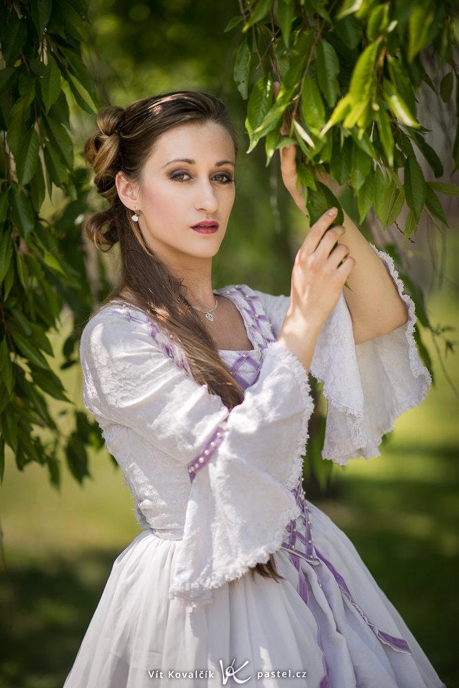 Grundlagen der Komposition im Porträt II - Frau im weissen Kleid