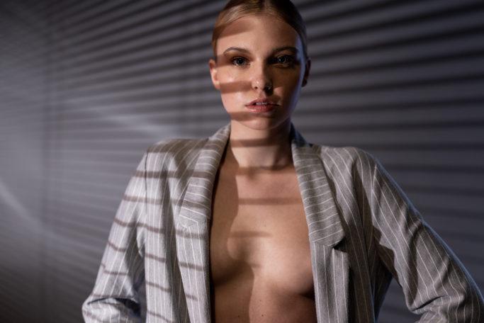 Wie erstellt man ein wirkungsvolles Porträt durch Jalousien?
