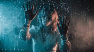Effektvolle Porträts durch Glas: Probieren Sie ungewöhnliche Porträtfotografie ganz bequem zu Hause aus