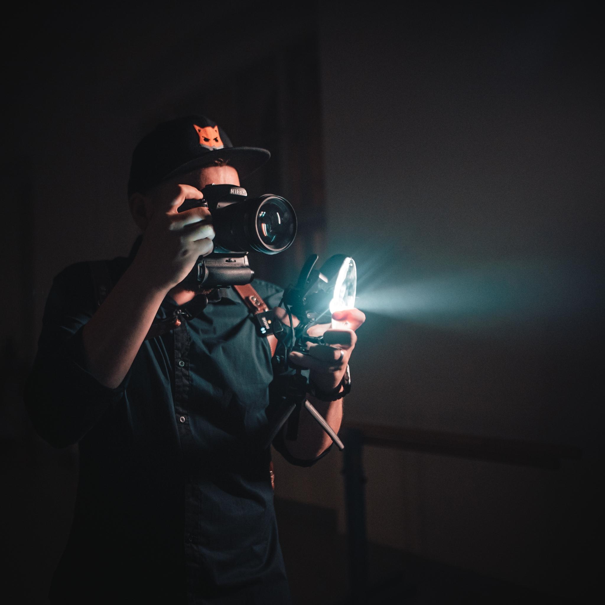 Originell beleuchtetes Porträt? Experimentieren Sie mit Reflexionen und Lichtbrechung