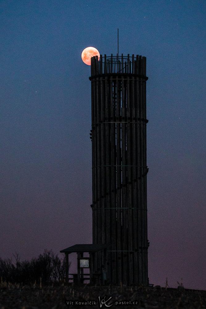 Wie fotografiert man den Mond in einer Landschaft?