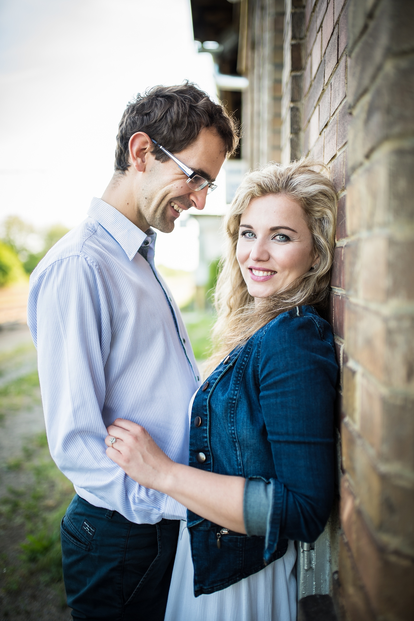 Paarfotografie: Nähe, harmonische Farben und Lächeln